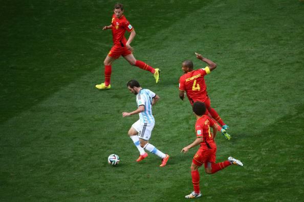 Higuain contro Vertonghen, Witsel e Kompany (Getty Images)